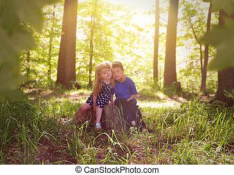 Niños en verdes bosques de naturaleza soleada