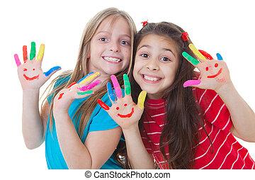 Niños felices jugando a la pintura