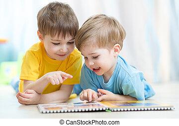 niños, hermanos, piso, práctica, colocar, juntos, mirar, libro, lectura