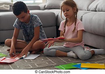 Niños inteligentes preparando cuadernos para el nuevo año escolar
