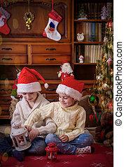 Niños jugando bajo el árbol de Navidad