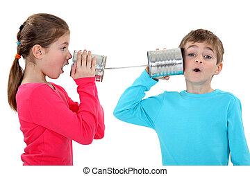 Niños jugando con latas