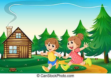 Niños jugando fuera de la casa de madera en la cima de la colina