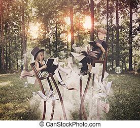 Niños leyendo libros en el bosque en sillas largas