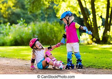 Niños patinando en el parque de verano