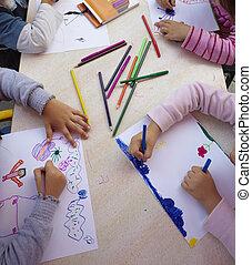 Niños pintando educación en la escuela