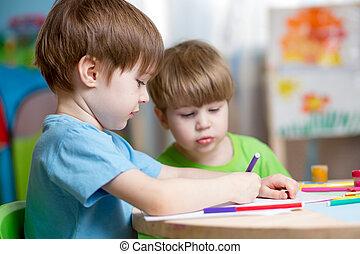Niños pintando en la guardería en casa