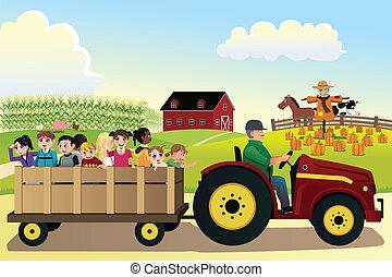 Niños que van de paseo en una granja con campos de maíz en el fondo