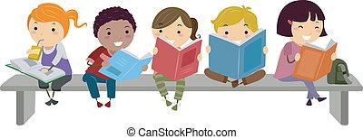 Niños sentados en el banquillo mientras leen