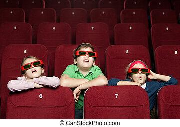 Niños sorprendidos en el cine