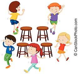 Niños tocando sillas de música