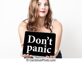 No entres en pánico escrito en pantalla virtual. Tecnología, Internet y el concepto de red. Hermosa mujer con los hombros desnudos sosteniendo una tableta PC