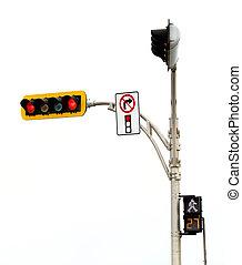 No gira a la derecha en la intersección de luz roja aislada en blanco