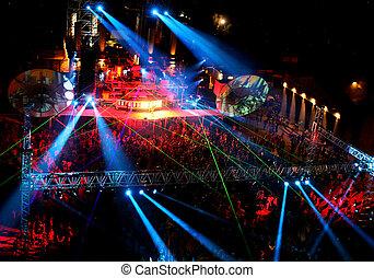 noche, concierto al aire libre, bailando, gente