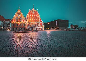 noche, touristic, vestíbulo, casa, histórico, popular, señal, evening., pueblo, latvia., antiguo, showplace, cuadrado, iluminaciones, blackheads, schwabe, verano, riga