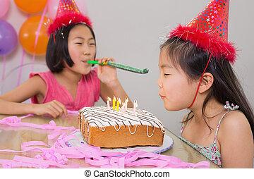 noisemaker, velas, soplar, niñas, cumpleaños