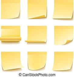 Notas amarillas pegajosas aisladas en fondo blanco.