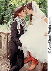 Novia besando novio, teñido