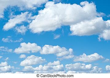 Nubes blancas en el cielo azul