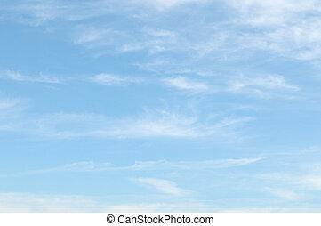 Nubes claras en el cielo azul