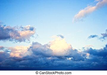 Nubes contra el fondo del cielo azul
