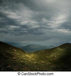 Nubes de tormenta sobre las montañas