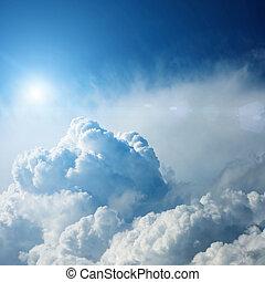 Nubes de tormentas dramáticas con sol