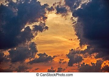 Nubes dramáticas del atardecer