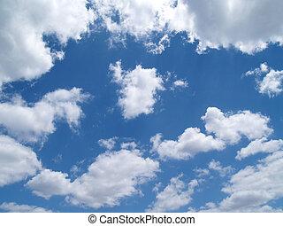 Nubes hinchadas blancas en un cielo azul