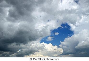Nubes lluviosas en un día de primavera. Cielo dramático.