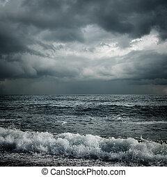 Nubes oscuras y mar