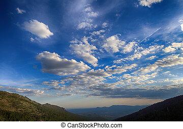 Nubes sobre un valle de montaña