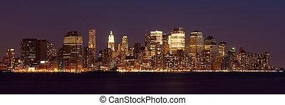 Nueva York - vista panorámica de la línea aérea de Manhattan por la noche