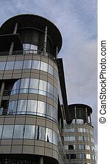 Nuevo edificio de oficinas con esquinas redondas