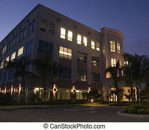 Nuevo edificio de oficinas por la noche