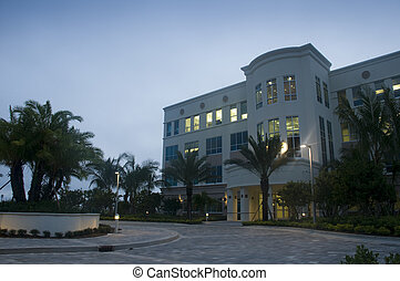Nuevo edificio en Florida por la mañana