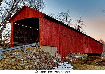 Oakalla cubrió el puente a mitad del invierno al atardecer