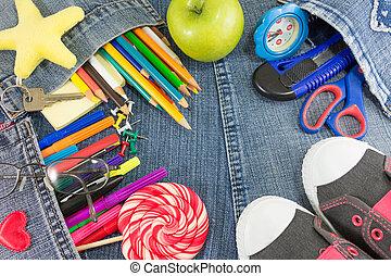 Objetos de aprendizaje creativos en jeans para el nuevo año escolar