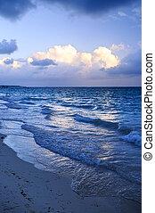 Océano olas en la playa al atardecer