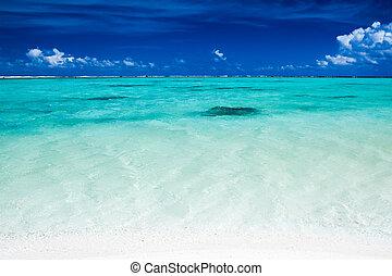 Océano tropical con cielo azul y colores océanos vibrantes