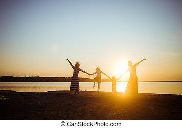 ocaso, fondo., freedom., tenencia, generation., manos, cada, humor, silueta, gente, más viejo, luz, pasatiempo, bueno, amistad, otro, más joven