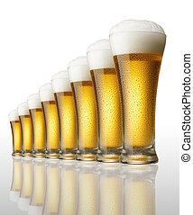 Ocho vasos de cerveza