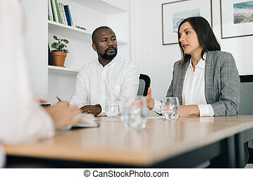 oficina, businesspeople, dos, colega, hablar, tabla