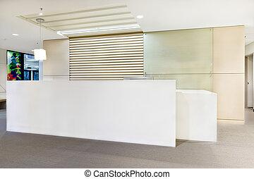 Oficina de recepción moderna o edificio con luces encendidas