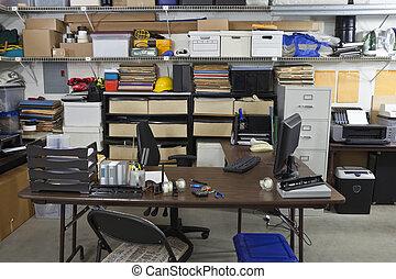 Oficina industrial desordenada