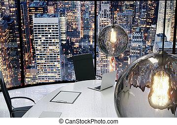 Oficina moderna con bombillas vintage y vista de la ciudad por la noche