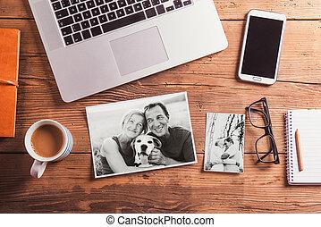 Oficina. Objetos y fotos en blanco y negro de la pareja de ancianos