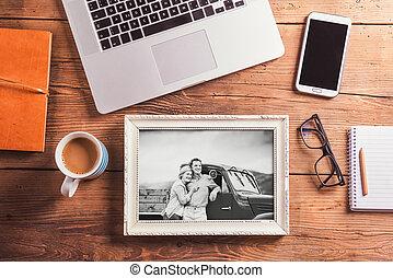 Oficina. Objetos y fotos en blanco y negro de la pareja principal