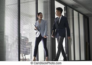 oficinacomercial, ambulante, mujer asiática, hablar, hombre