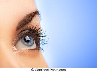 Ojo humano en el fondo azul (Shallow DoF)